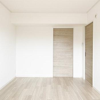 【洋室】お楽しみの収納スペースへ。