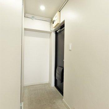 広々とした玄関。廊下の先にはカーテンパイプもありプライバシーもばっちり。