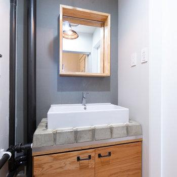 リノベーションされた洗面台。電気にもコダワリが。