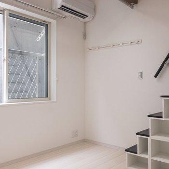 ロフトへの階段はデザインがかわいい!※写真は1階の同間取り別部屋のものです