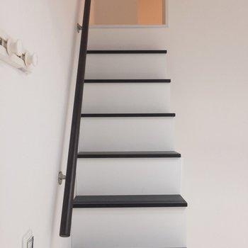 ロフトへの階段。手すり付きがうれしい※写真は1階の同間取り別部屋のものです