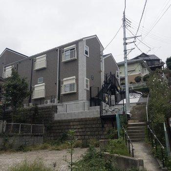 こんな感じで階段の上にあります。奥側がこのお部屋のある棟。