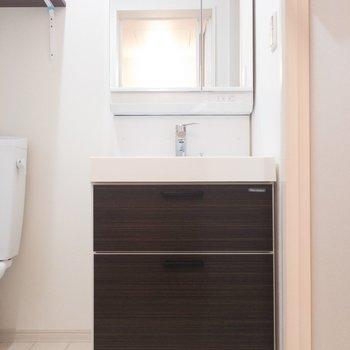 洗面台。鏡が大きい!下に二段収納があります※写真は1階の同間取り別部屋のものです