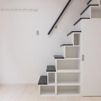階段が棚になっていてかわいい&便利!※写真は1階の同間取り別部屋のものです