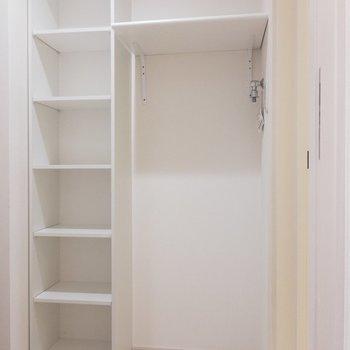 玄関横のシューズボックスと、お隣に洗濯機置場。※写真は1階の同間取り別部屋のものです