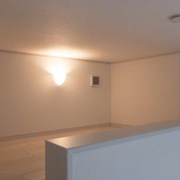 ロフト!ライトがおしゃれ※写真は1階の同間取り別部屋のものです