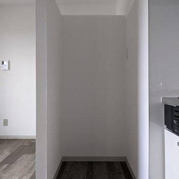 【LDK】キッチン横には冷蔵庫置場があります。