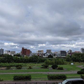正面は豊平川が見えます。自然を感じましょう!