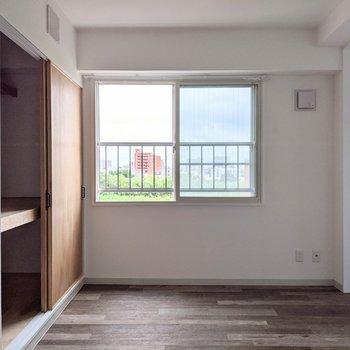 【LDK】窓は南東向き。日中は暖かい日差しが入りそうです。