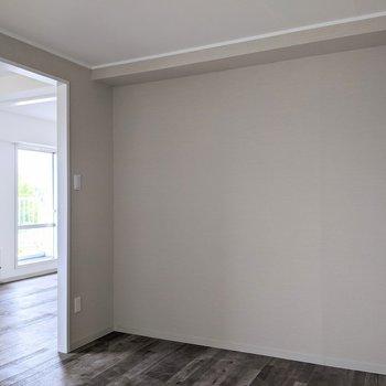 【洋室】扉がなく開放感があります。