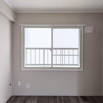【洋室】窓を開けると風通しが良さそうです。