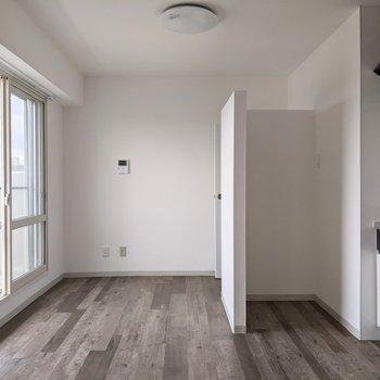 【LDK】床色はマットな色で落ち着きがあります。