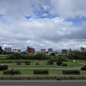 【LDKからの景色】正面は豊平川なので自然を見ることができます。