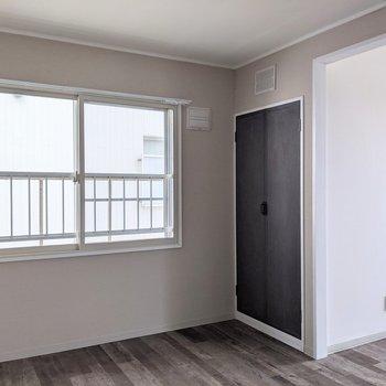 【洋室】こちらのお部屋にも収納スペースがあります。