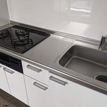 【LDK】3口コンロのシステムキッチンなので快適に料理ができます。