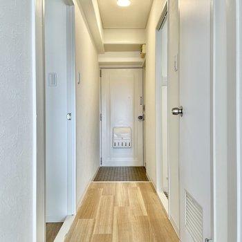 では廊下へ。左の開いてるドアは、ダイニングキッチンにつながってます。