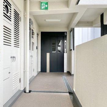 【共用部】廊下もきれいになってます。歩きやすい。