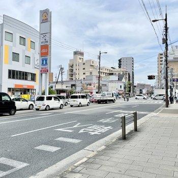 【周辺環境】大通りはとにかくお店がいっぱいでにぎやか。毎日の買い出しには困りません。