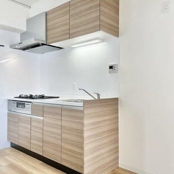 新しくシステムキッチンを導入。床とおそろいの木目調です。