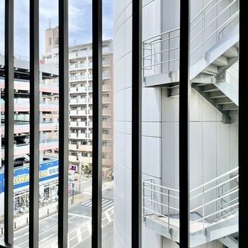 背後の窓は、目の前に建物、左斜め前が大通りに。人目は気にならないので遠慮なく開けておけます。