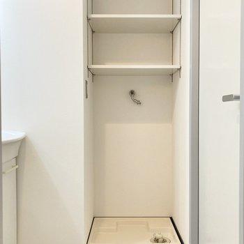 洗濯機置き場は収納付き。洗剤やタオルなどを並べるのに便利ですね