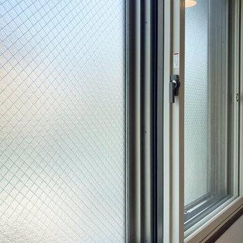 共用部側はすりガラスで見えないようになっています。2重サッシで外の音も自然にカット◎