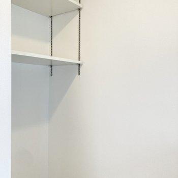 可動式棚付きの冷蔵庫置き場には電子レンジ等も置けます