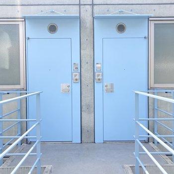 水色のおしゃれなドア