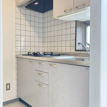白のブラックタイルがキュートなキッチン。小窓付きなので料理後のにおいも逃せます◯