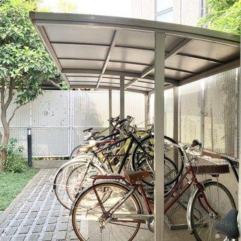 駐輪場は奥に。屋根付きなので雨の日も安心ですね