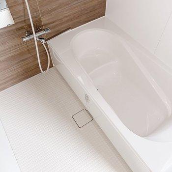 【1階】ファミリーサイズのお風呂!足を伸ばして肩まで浸かれる広さです。(※写真は1階の同間取り別部屋のものです)