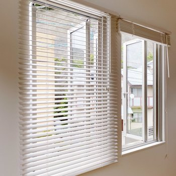 【2階】南側の窓はブラインド付き。光を取り入れつつ、明るいお部屋に。(※写真は1階の同間取り別部屋のものです)