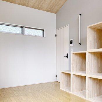 【2階】ボックス型の階段が素敵!奥にはウォークインクローゼットがあります。(※写真は1階の同間取り別部屋のものです)