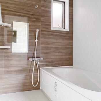 【1階】浴室乾燥機付きなので、洗濯物はこちらで乾かしましょう。(※写真は1階の同間取り別部屋のものです)