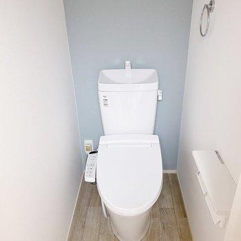 【2階】トイレは2階に。上には収納もありました。(※写真は1階の同間取り別部屋のものです)