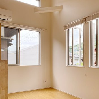 【2階】天井、高い!開放的な雰囲気です。(※写真は1階の同間取り別部屋のものです)