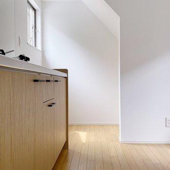 【1階】キッチン周りはあまり広くないので、壁掛け収納などを利用しましょう。(※写真は1階の同間取り別部屋のものです)