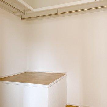 階段奥は収納スペース。ポール付きなので、洋服もたくさん入ります。(※写真は1階の同間取り別部屋のものです)