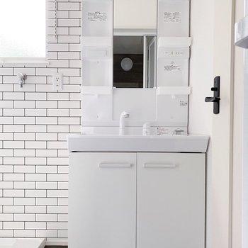 【1階】ポケット多めの独立洗面台。朝の準備はここでまるっと終わりそうです。(※写真は1階の同間取り別部屋のものです)