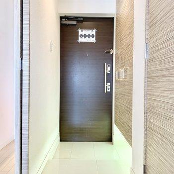 広々玄関はフッドライトも付いています。(※写真は5階の同間取り別部屋のものです)