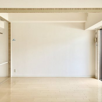 洋室はベッドやラック、作業用のテーブルなどを。(※写真は5階の同間取り別部屋のものです)