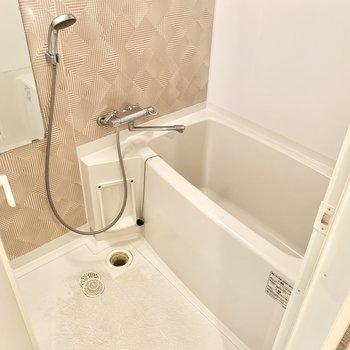 シンプルなお風呂です。リラックスできそうな雰囲気ですね♪(※写真は5階の同間取り別部屋のものです)