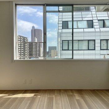 【洋室】L字の窓が特徴的なお部屋。