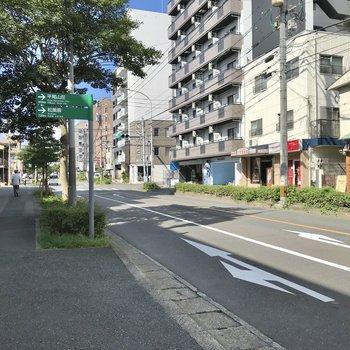 目の前はこんな道。まっすぐ進めば平尾駅ですよ!