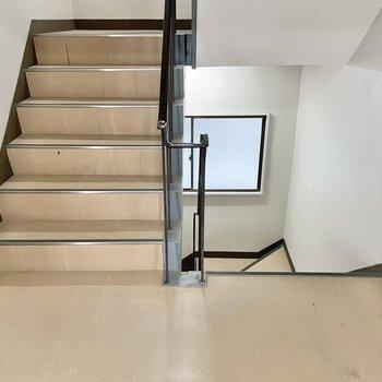 【共用部】お部屋までは階段です。