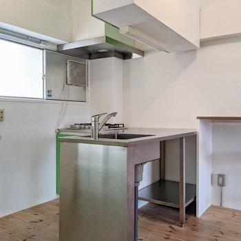 キッチンはステンレス。L字型です。