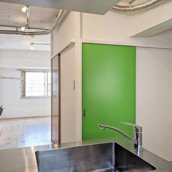 キッチンの前にグリーンの扉!