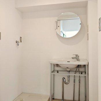 スリムな洗面台には丸い鏡。