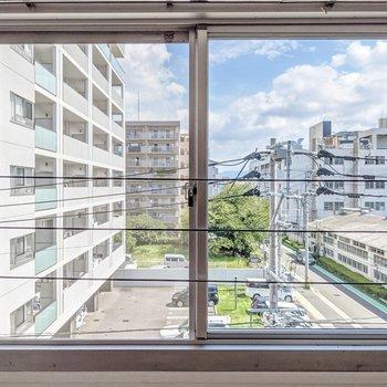空がきれいに見えますね。開閉できる窓は少ないので、サーキュレーターを使うとよさそうです。
