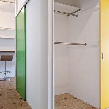 そして、玄関で見た黄色の扉。こちらにはハンガーポールがついています。L字も便利だな。
